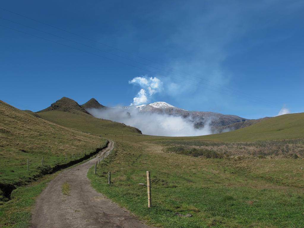 the nevado del ruiz Nevado del ruiz volcano (image center) is located approximately 140 kilometers (87 miles) to the northwest of colombia's capital, bogotá covering over 200 square.